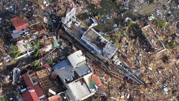 Trümmerberge behindern den Abfluss des Wassers und die Hilfslieferungen.