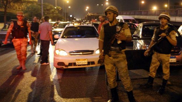 Nächtliche Ausgangssperre und Checkpoints des Militärs in Kairo.