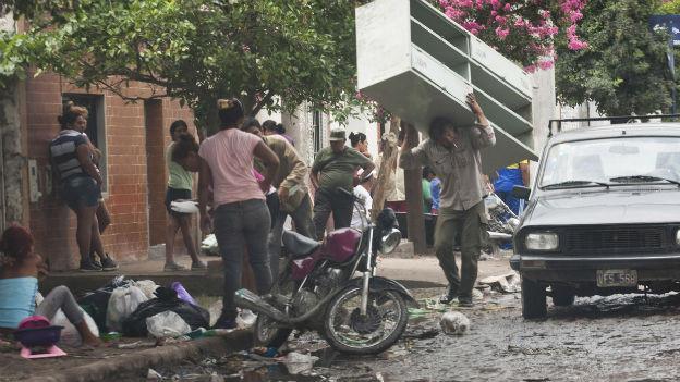 Argentinier plündern einen Supermarkt während des Polizeistreiks