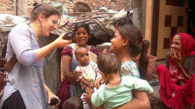 Karin Wenger bei der Arbeit als Reporterin in einem Slum in Delhi.