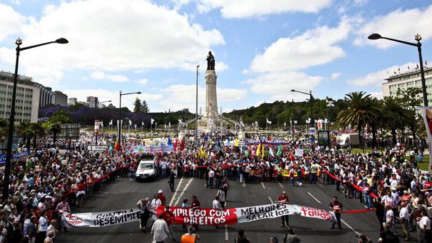 Bildlegende: Tausende von Arbeitern protestierten in Lissabon im Mai 2011 gegen die Sparmassnahmen der Regierung.