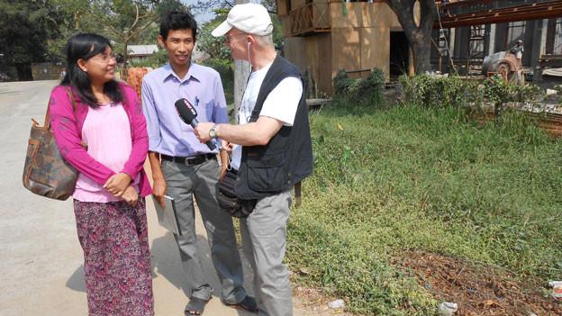 Asienkorrespondent Urs Morf (rechts) im Gespräch mit Personen in Burma.