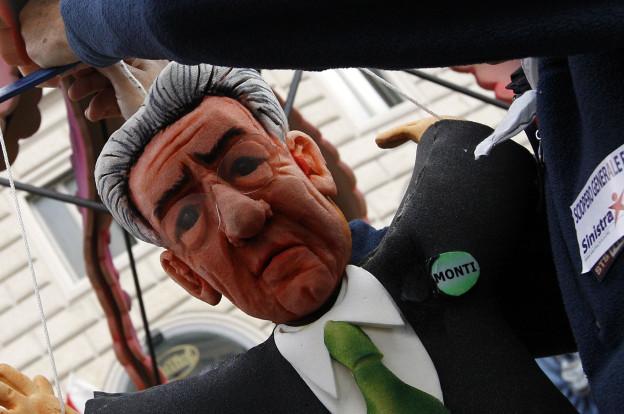 Mario Monti als Puppe bei einer Demonstration.