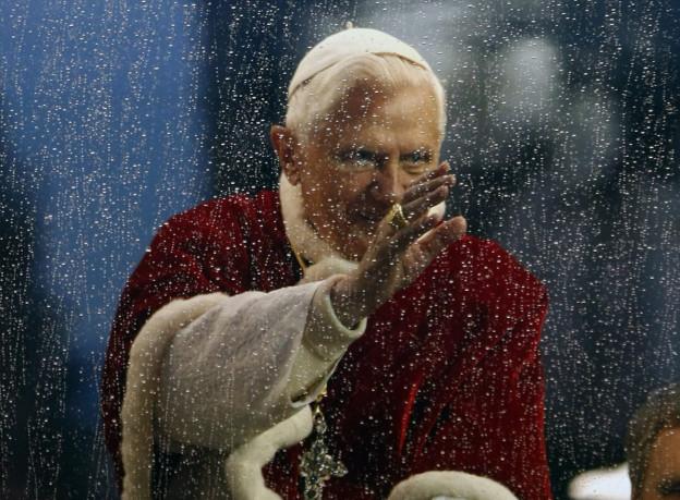 Papst Benedikt XVI im Dezember 2009. Tagesgesprächs-Gast Pater Eberhard von Gemmingen war bei Radio Vatikan Leiter des deutschsprachigen Dienstes.