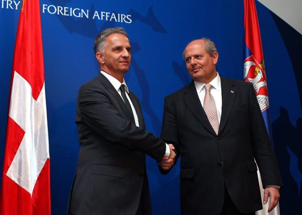 Bundesrat Didier Burkhalter (links) und der serbische Aussenminister Ivan Mrkic am 12. Februar 2013 in Belgrad