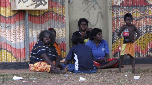 Das australische Unterhaus hat die Aborigines als erste Bewohner des Kontinents anerkannt.