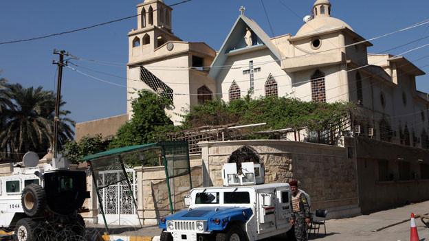Irakische Sicherheitskräfte vor einer katholischen Kirche in Bagdad.