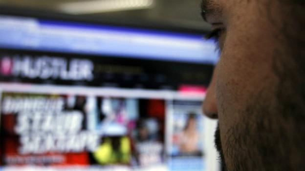 Symbolbild: Mann beim surfen auf Sex-Sites.