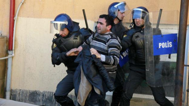 Aserbaidschanische Polizisten verhaften einen Demonstranten in Ismayilli am 24. Januar 2013