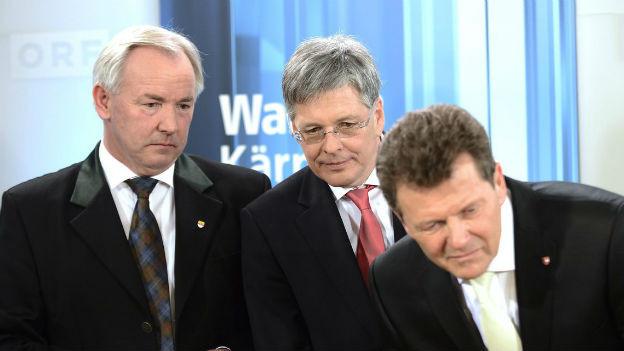 Peter Kaiser (Mitte) verfolgt gespannt die Auszählung.