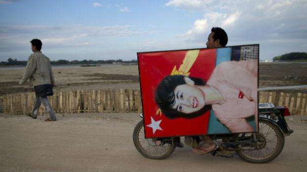 Ein Anhänger der burmesischen Friedensnobelpreisträgerin Aung San Suu Kyi.