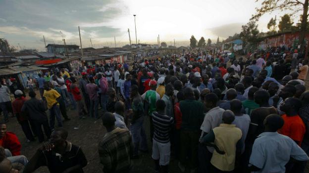 Menschen in einem Slum in Nairobi warten auf die Wahlresultate.