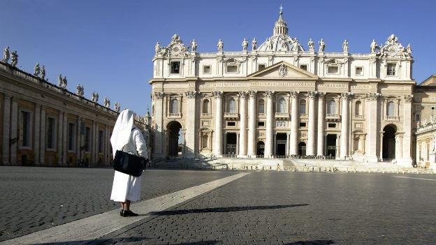 Eine Nonne vor dem Petersdom im Vatikan.