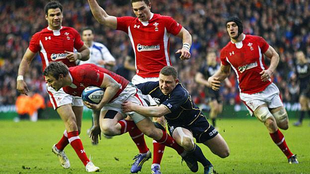 Die Leidenschaft der Waliser für Rugby ist gross; hier ein Match gegen Schottland am 9. März, die walisische Mannschaft in Rot.