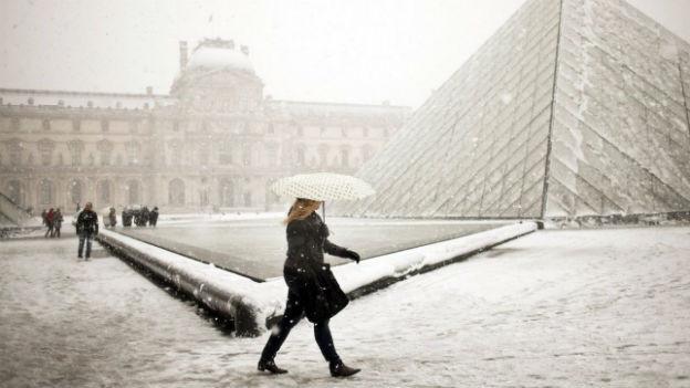 Winterszene im Pariser Louvre im Dezember 2010