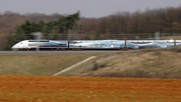 Der TGV 150 (Train grande vitesse) in der Nähe von Metz beim Versuch, den eigenen Geschwindigkeitsrekord von 574,8 km/h zu brechen.