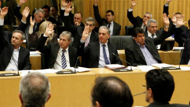 Zähneknirschend stimmt das zyprische Parlament für den Rettungsplan.