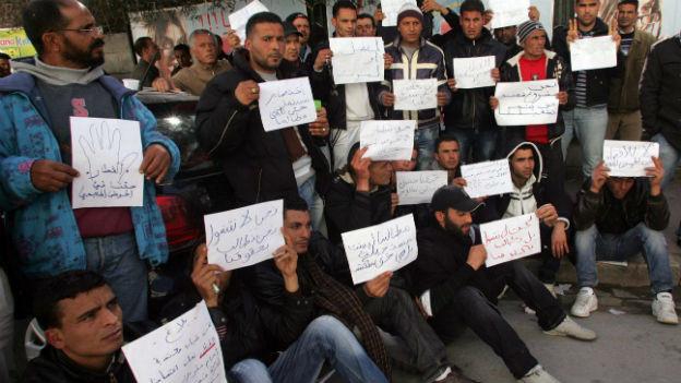 Junge Arbeitslose in Tunesien sind besonders anfällig, von Salafisten für Kriegseinsätze im Ausland rekrutiert zu werden. Auf dem Bild Proteste vor einer Phosphat-Mine in Metlaoui im Februar 2011