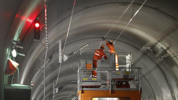 Im Gotthardbasistunnel wird Bahntechnik eingebaut.
