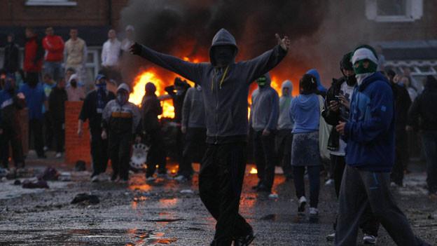 Ein fragiler Friede zwischen Katholiken und Protestanten in Nordirland. Ein in Brand gesetztes Auto in Belfast am 11. Juli 2011.