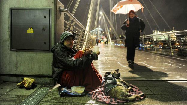 Ein Obdachloser auf der Hungerfordbrücke mitten in London im Dezember 2009