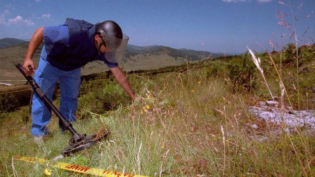 Gefährliche Arbeit: Minenräumer bei der Arbeit in Bosnien.