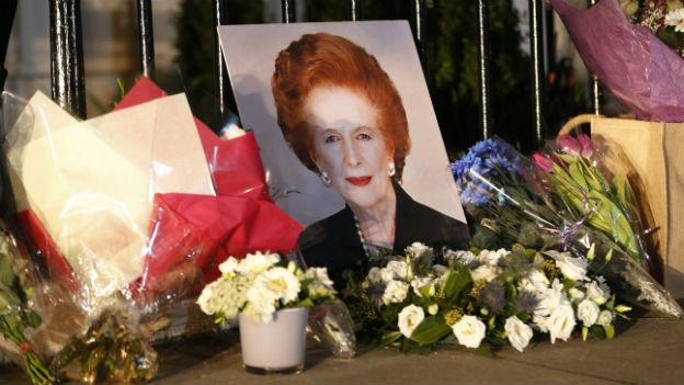 Blumen für die verstorbene Margaret Thatcher.