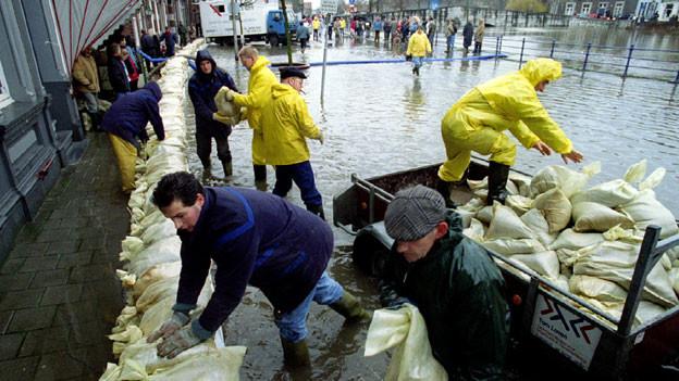 Bewohner von Roermond bauen Deiche, um sich vor Hochwasser zu schützen.