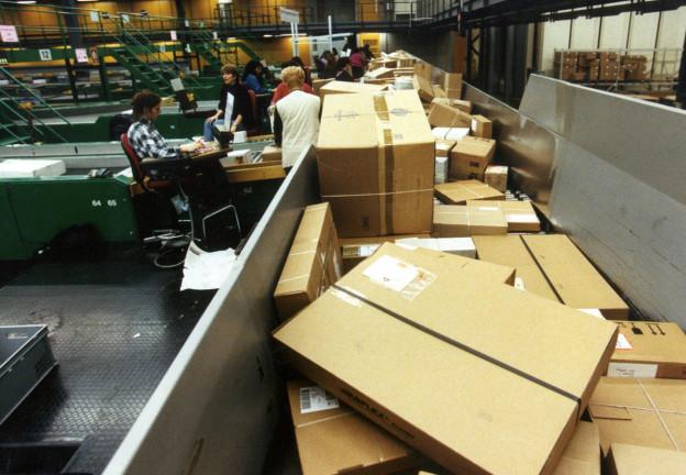Pakete bei der Moskauer Post bleiben lnage liegen.