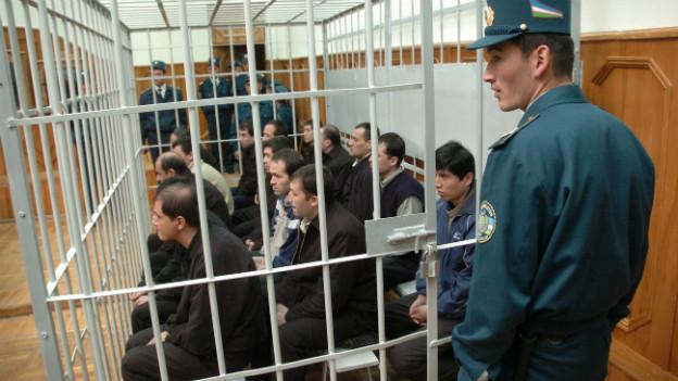 Repressives Regime: Schauprozess in Usbekistan im Jahre 2005.