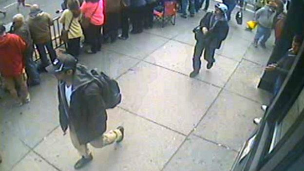 FBI hat Fotos von zwei Verdächtigen für das Attentat von Boston veröffentlicht.