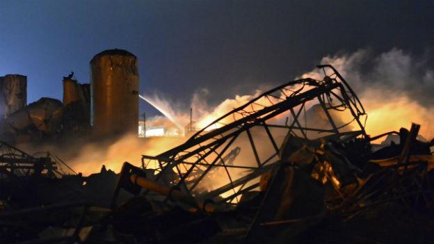 Nach Explosion in Düngemittelfabrik in Texas gehen Löscharbeiten weiter.