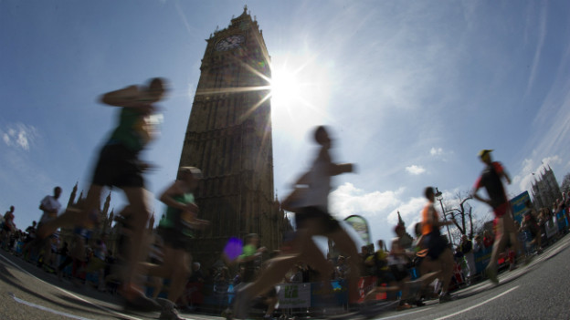 Marathon in London: Athleten vor dem Big Ben.