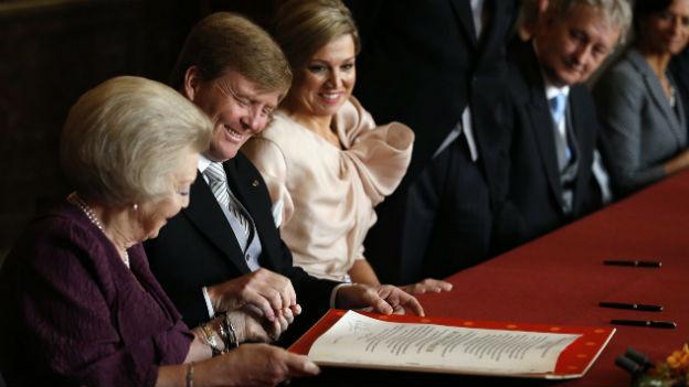 Königin Beatrix unterzeichnet ihre Abdankungsurkunde.