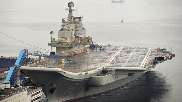 Chinas erste Flugzeugträger, renoviert aus einem alten ukrainischen, angedockt an Dalian Port, in Dalian, Provinz Liaoning 22. September 2012.