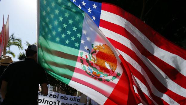 Mexiko- und US-Flagge an einer Demo für Immigranten.