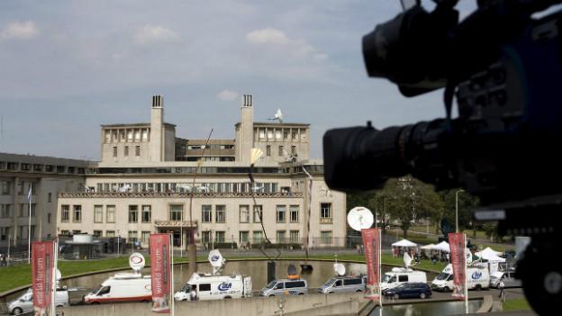 Im Zentrum des Medien-Interesses: Kriegsverbrecher-Tribunal in Den Haag.