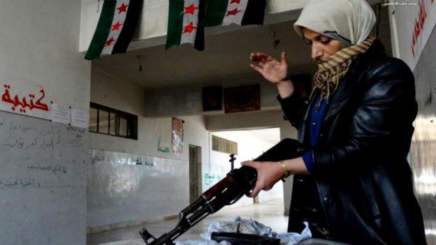 Die Mutter eines syrischen Rebellen in Aleppo reinigt ein Gewehr.