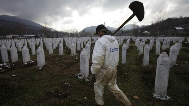 Ein bosnischer Arbeiter auf der Srebrenica-Gedenkstätte am 7. Dezember 2012