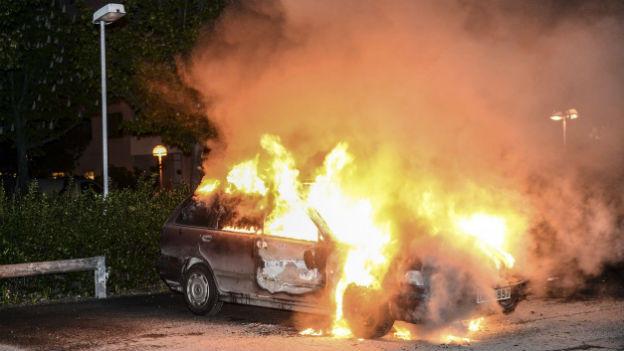 In Brand gesetztes Auto in Stockholms Vorort Kista.