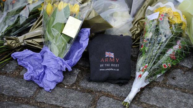 Blumen vor der Kaserne in Woolwich.