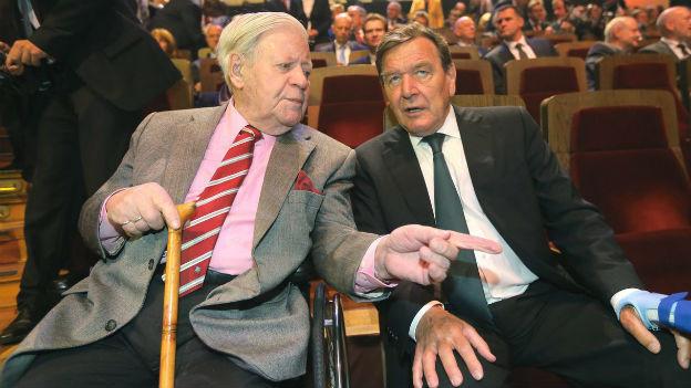 Prominenz am SPD-Geburtstag: Die ehemaligen Kanzler Helmut Schmidt und Gerhard Schröder.