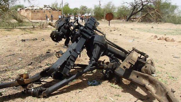 Die Reste des Fahrzeugs, mit dem sich ein Attentäter im Militärcamp in Niger in die Luft sprengte.