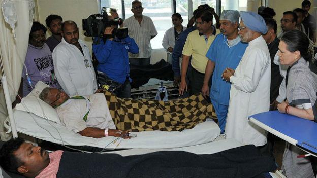 Regierungsmitglieder bei Verletzten im Spital im Bundesstaat Chhattisgarh.
