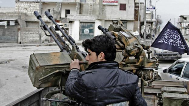 Syrischer Rebell in Aleppo an einer Flugabwehr-Waffe.
