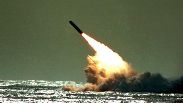 Die US-Rakete Trident II D5 bei einem Test im Atlantischen Ozean.