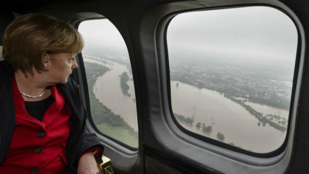 Bundeskanzlerin Angela Merkel im Helikopter zwischen Dresden und Pirna