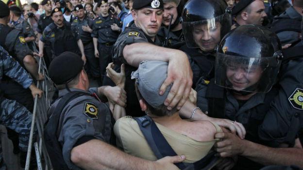 Russische Polizisten halten im Mai 2011 in Moskau einen Demonstranten fest