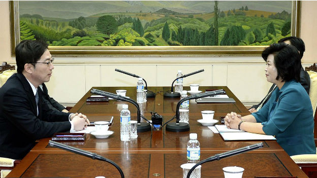 Südkoreas Chun Hae-sung (links) und Nordkoreas Kim Song Hye einigen sich auf Annäherungsgespräche.