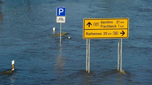 Überschwemmung nach Dammbruch in Norddeutschland.